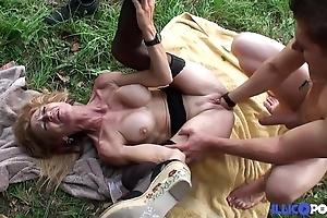 Bonne cougar tow-haired et bien mature baisée dans un champ [full video]